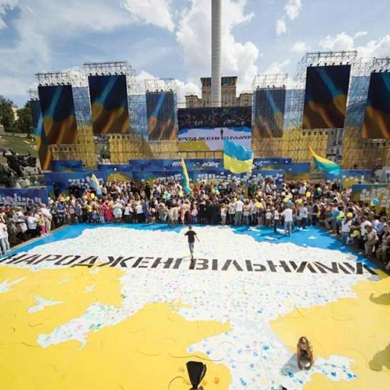 Изготовление гигантского пазла ко дню флага Украины